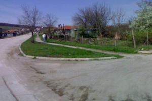 Снимка номер 1 за мястото се намира на центъра на селото. има трифазен ток, кладенец, питейна вода